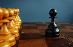 Empresario ambicioso y concepto del desaf?o del negocio Empe?o negro delante de empe?os fotos de archivo libres de regalías