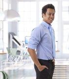 Empresario asiático joven acertado en la oficina Imagen de archivo