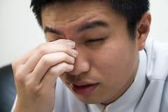 Empresario asiático joven cansado Fotos de archivo libres de regalías
