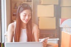 Empresario asiático joven de las mujeres que trabaja en un hogar Foto de archivo