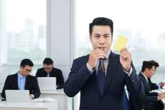 Empresario asiático Showing Yellow Card fotografía de archivo libre de regalías