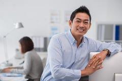 Empresario asiático sonriente foto de archivo