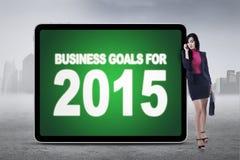 Empresario con el letrero de las metas de negocio Fotografía de archivo libre de regalías