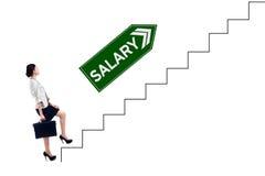 Empresario con el texto del sueldo que camina en la escalera imagen de archivo