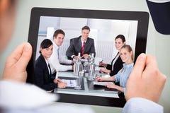 Empresario con la tableta digital fotos de archivo libres de regalías