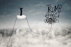 Empresario con palabra del efecto del triunfo en el cielo Imagen de archivo libre de regalías