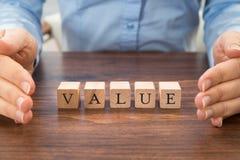 Empresario con palabra del valor en bloques Fotografía de archivo libre de regalías