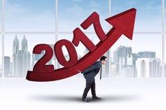 Empresario con una flecha roja y los números 2017 Imagen de archivo libre de regalías