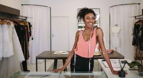 Empresario de la mujer en el trabajo en su boutique de la moda foto de archivo libre de regalías