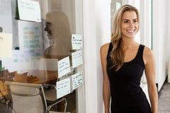 Empresario de la mujer joven en su oficina de lanzamiento Imagen de archivo