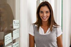 Empresario de la mujer joven en su oficina de lanzamiento Foto de archivo libre de regalías