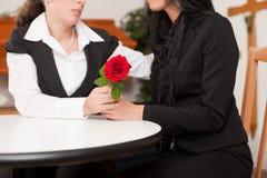 Empresario de pompas fúnebres con el cliente que conforta y que aconseja Foto de archivo libre de regalías