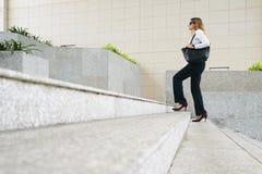 Empresario de sexo femenino en las escaleras foto de archivo