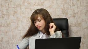 empresario de sexo femenino joven que trabaja detrás del ordenador portátil conversación en línea del negocio sobre el ordenador  imágenes de archivo libres de regalías