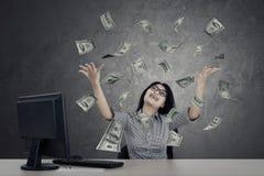 Empresario de sexo femenino que mira el dinero fotos de archivo libres de regalías