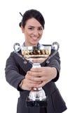 Empresario de sexo femenino que sostiene un trofeo Fotografía de archivo libre de regalías