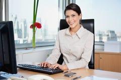 Empresario de sexo femenino que trabaja en el ordenador fotos de archivo