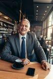 Empresario de sexo masculino que se relaja en la cafetería fotografía de archivo