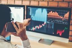 Empresario discusión de Business Man del mercado de acción de la inversión y comercio del mercado de acción del gráfico del análi fotos de archivo