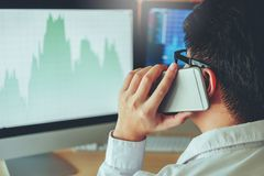 Empresario discusión de Business Man del mercado de acción de la inversión y comercio del mercado de acción del gráfico del análi fotos de archivo libres de regalías