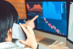Empresario discusión de Business Team del mercado de acción de la inversión y comercio del mercado de acción del gráfico del anál foto de archivo libre de regalías