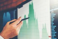 Empresario discusión de Trading de la inversión del hombre de negocios y comercio del mercado de acción del gráfico del análisis, imagen de archivo libre de regalías