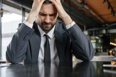 Empresario en almuerzo de negocios en el restaurante que sienta infeliz en cuestión fotos de archivo libres de regalías