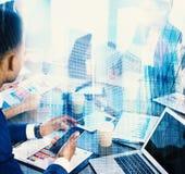 Empresario en la oficina conectada en Internet Concepto de sociedad y de trabajo en equipo Fotografía de archivo libre de regalías