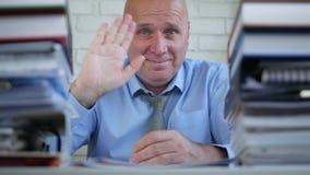 Empresario en sonrisa y saludo financieros del sitio del archivo con gestos de una mano almacen de metraje de vídeo