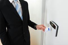 Empresario Hands Holding Keycard Fotos de archivo