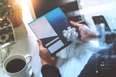 Empresario Hands que sostiene la nueva tarjeta del carte cadeaux o de crédito, digita Fotos de archivo libres de regalías