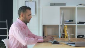 Empresario hermoso que usa Internet para el trabajo fotografía de archivo