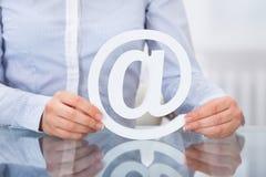 Empresario Holding Email Sign en el lugar de trabajo Imagenes de archivo