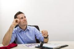 Empresario joven de pensamiento en la oficina imagenes de archivo