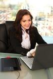 Empresario joven en la oficina con la computadora portátil Imagen de archivo