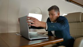 Empresario joven que duerme dentro de cabina del jet privado almacen de metraje de vídeo