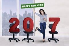 Empresario joven que se coloca con 2017 en silla Imagen de archivo libre de regalías