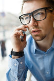 Empresario joven Speaking por el primer del teléfono fotos de archivo libres de regalías