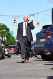 Empresario mayor adulto alto Walking foto de archivo