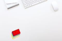 Empresario moderno del lugar de trabajo en la tabla blanca con las tarjetas de visita Imagenes de archivo