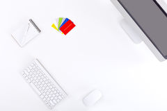 Empresario moderno del lugar de trabajo en la tabla blanca con las tarjetas de visita Foto de archivo
