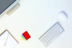 Empresario moderno del lugar de trabajo en la tabla blanca con las tarjetas de visita Foto de archivo libre de regalías