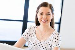 Empresario o freelancer feliz en una oficina o un hogar imágenes de archivo libres de regalías
