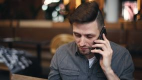 Empresario ocupado Man Speaking en Smartphone metrajes