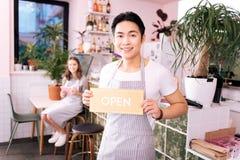 Empresario prometedor joven que abre su propia barra de café fotos de archivo libres de regalías