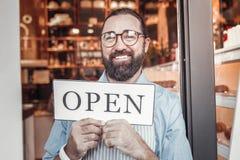 Empresario que abre su propio café a estrenar fotografía de archivo