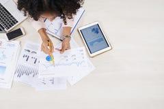 Empresario que analiza cartas y diagramas imagen de archivo