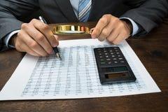 Empresario que examina datos financieros Fotografía de archivo
