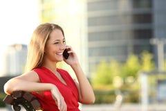 Empresario que habla en el teléfono móvil Imagenes de archivo