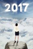 Empresario que mira el número 2017 en el cielo Foto de archivo libre de regalías